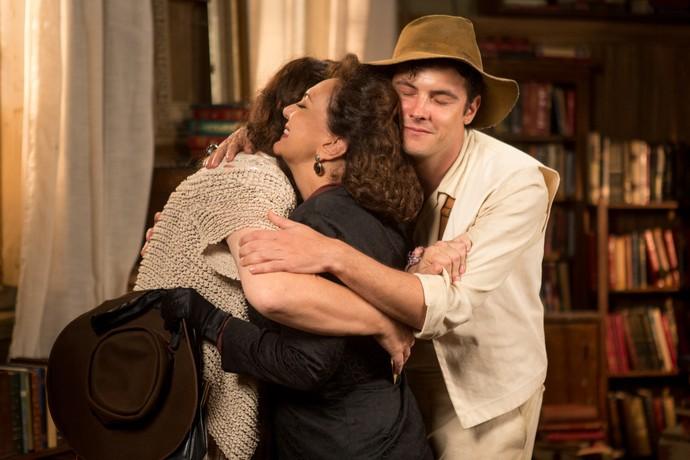 Eponina agradece o convite e os três se abraçam.  (Foto: Fabiano Battaglin/Gshow)