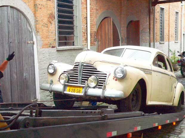 Buick Roadmaster Coupé, de 1941, da coleção de Roberto Lee, é levado para restauro. (Foto: Divulgação/ Prefeitura de Caçapava)