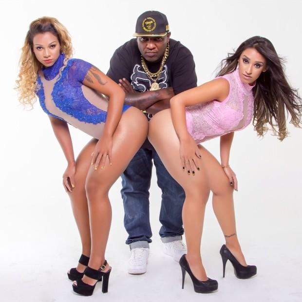 Mr Catra com as dançarinas Karine e Thaís (Foto: Divulgação)