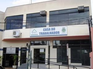 Desempregado recebe orientação para entrevista em Santa Bárbara na Casa do Trabalhador (Foto: Divulgação/Prefeitura de Santa Bárbara)