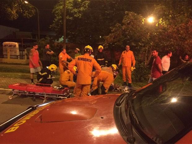 Bombeiros atendem motociclista que se feriu em acidente no Pistão Norte, no DF (Foto: Corpo de Bombeiros DF/Divulgação)