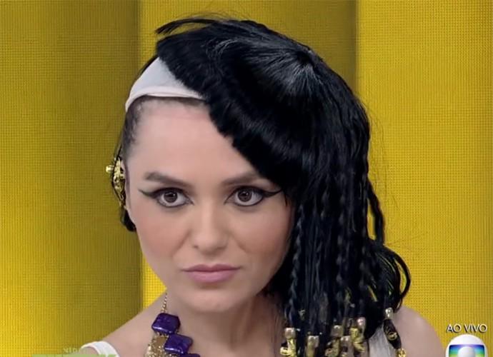 Monica Iozzi tira figurino de egípcia ao vivo (Foto: Vídeo Show / TV Globo)