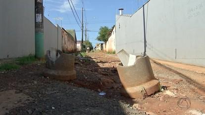 Moradores do bairro Estrela do Sul convivem com sujeira nas ruas em Campo Grande