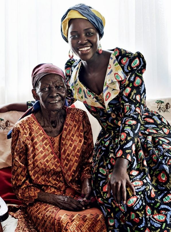Lupita Nyong'o com sua avó paterna, Dorca (Foto: Reprodução/Vogue)