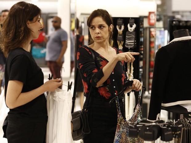 Cora escolhe novas roupas para fazer a executiva na Império (Foto: Fábio Rocha/Gshow)