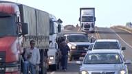 Caminhoneiros de transporte de cargas protestam em duas rodovias