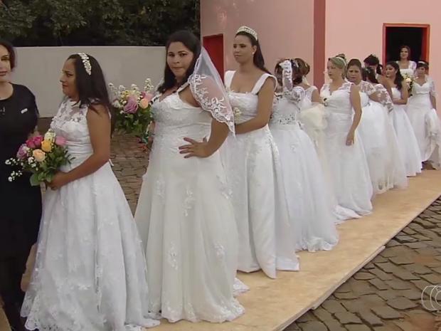 Dezenove noivas realizaram o sonho durante a cerimônia, em Goiás (Foto: Reprodução/TV Anhanguera)