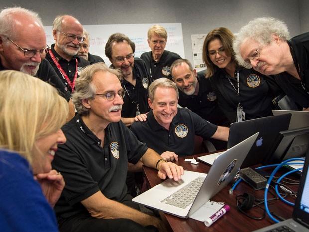 Membros da equipe da New Horizons se reúnem para ver imagens de Plutão enviadas pela sonda espacial  (Foto: Reprodução/Facebook/Nasa)