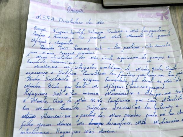 Orações foram achadas dentro de mochila que suspeito deixou para trás  (Foto: Anny Barbosa/G1)