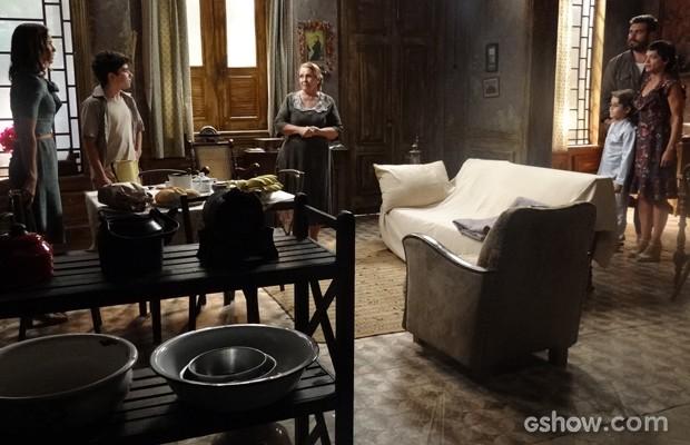 Hilda vai visitar Peteleco e vê que Gaia dormiu na casa de Toni (Foto: Joia Rara/TV Globo)