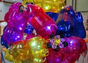 Bola feita com garrafas pet é a cara do trio (Foto: Cheias de Charme / TV Globo)