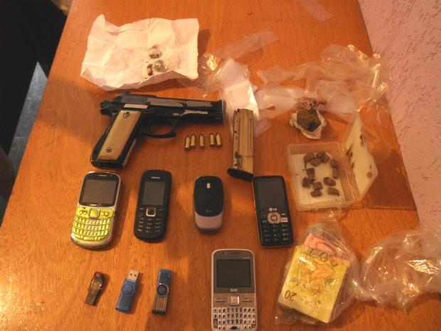 A polícia apreendeu arma, drogas e dinheiro com o casal. (Foto: Divulgação/Polícia Militar)