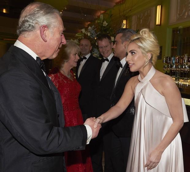 Príncipe Charles e Lady Gaga em evento em Londres, na Inglaterra (Foto: Niklas Halle'n/ AFP)