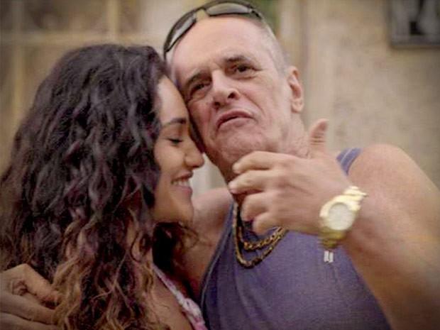 Tessália perdoa Leleco e volta com o namorado (Foto: Avenida Brasil/TV Globo)