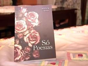 Livro reúne poesias de escritora de Jundiaí (Foto: Reprodução / TV Tem)