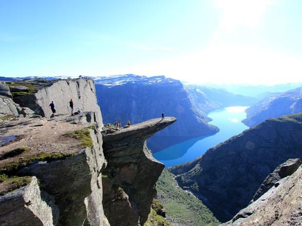 A pedra de Trolltunga, na Noruega, é cenário para várias fotos de turista (Foto: Steinar Talmoen)