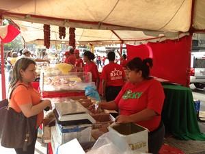 Vendedora Mirna Arcia , da cooperativa de alimentos Mercal, com financiamento do governo da Venezuela (Foto: Leo Campos)