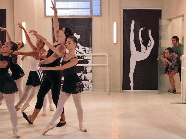 Sem ver que a dupla está assistindo, Nando se esforça para aprender a dança (Foto: Guerra dos Sexos / TV Globo)