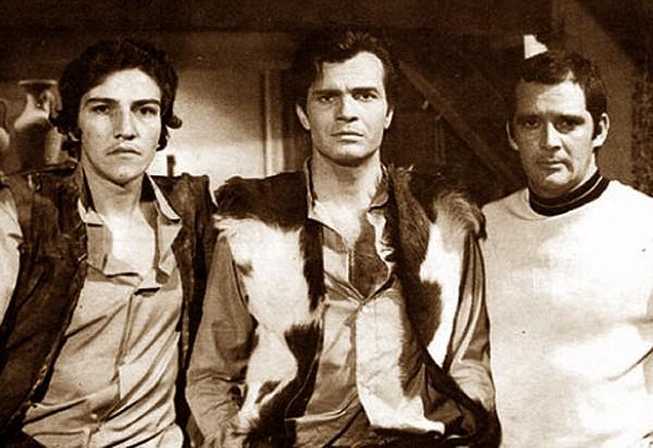 Sucesso totalem preto e branco: com os atores Claudio Cavalcanti (esq.) e Claudio Marzo (dir) no faroeste caboclo' Irmãos Coragem', de Janete Clair, 1970. (Foto: Divulgação)