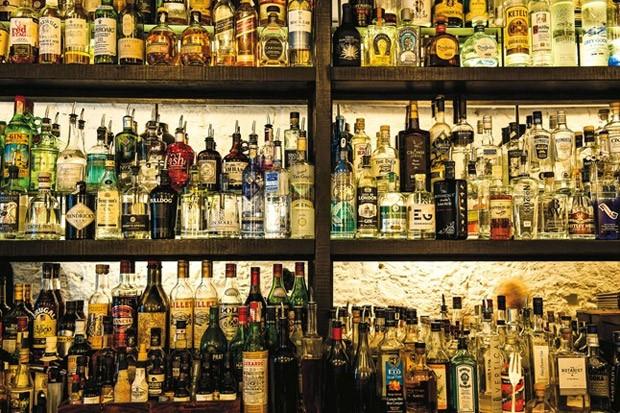 """Bobby Gin. Localizado em Barcelona, carrega o slogan """"a gin tônica perfeita não existe"""", mas certamente este bar chega bem próxima da perfeição. Inaugurado em junho de 2011, em pouco tempo o estabelecimento ganhou destaque na concorrida noite da cidade (Foto: Divulgação)"""
