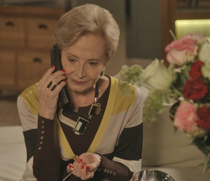 Stelinha toma uma decisão drástica para afastar Arthur de Eliza e liga para todas as ex-namoradas do filho (Foto: TV Globo)