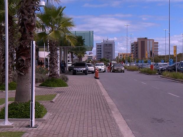 Policial militar foi baleado na frente do shopping de Pelotas (Foto: Reprodução/RBS TV)