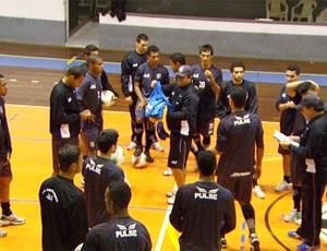 Jogadores da Ponte treinam em ginásio (Foto: Reprodução EPTV)