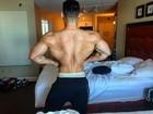 Felipe Franco exibe costas largas e cinturinha e recebe elogio: 'Monstro'