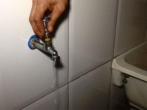 Conserto de torneira com vazamento ajuda a economizar água (Foto: Olívia Florência/G1)