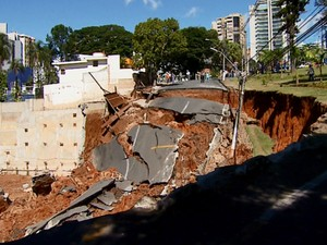 Desmoronamento de terra abre cratera em rua de Campinas. (Foto: Luciano Calafiori/ G1 Campinas)