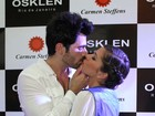 Ex-BBBs Rodrigão e Adriana trocam beijos durante evento de moda