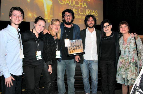 A gerente de programação da RBS TV, Alice Urbim, entregou o troféu para a equipe do curta 'Consertam-se Gaitas' (Foto: Divulgação/RBS TV)