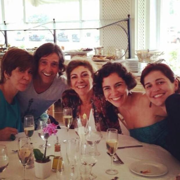 Marília com os filhos Ricardo, Esperança e Nina, e com a irmã Sandra (Foto: Reprodução/Facebook)