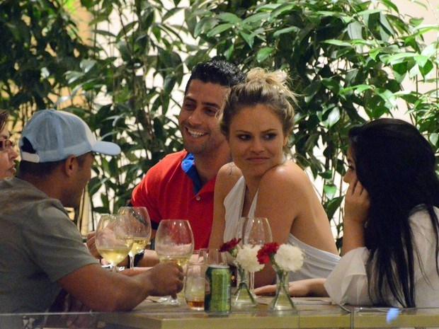 Ex-BBBs Marcelo Zagonel e Natalia Casassola em restaurante no Rio (Foto: Marcus Pavão/ Ag. News)