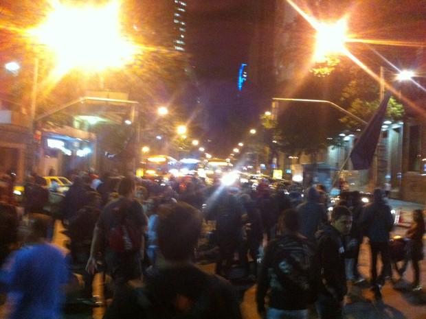 Manifestantes ocupam faixas da Avenida Rio Branco (Foto: Henrique Coelho/ G1)