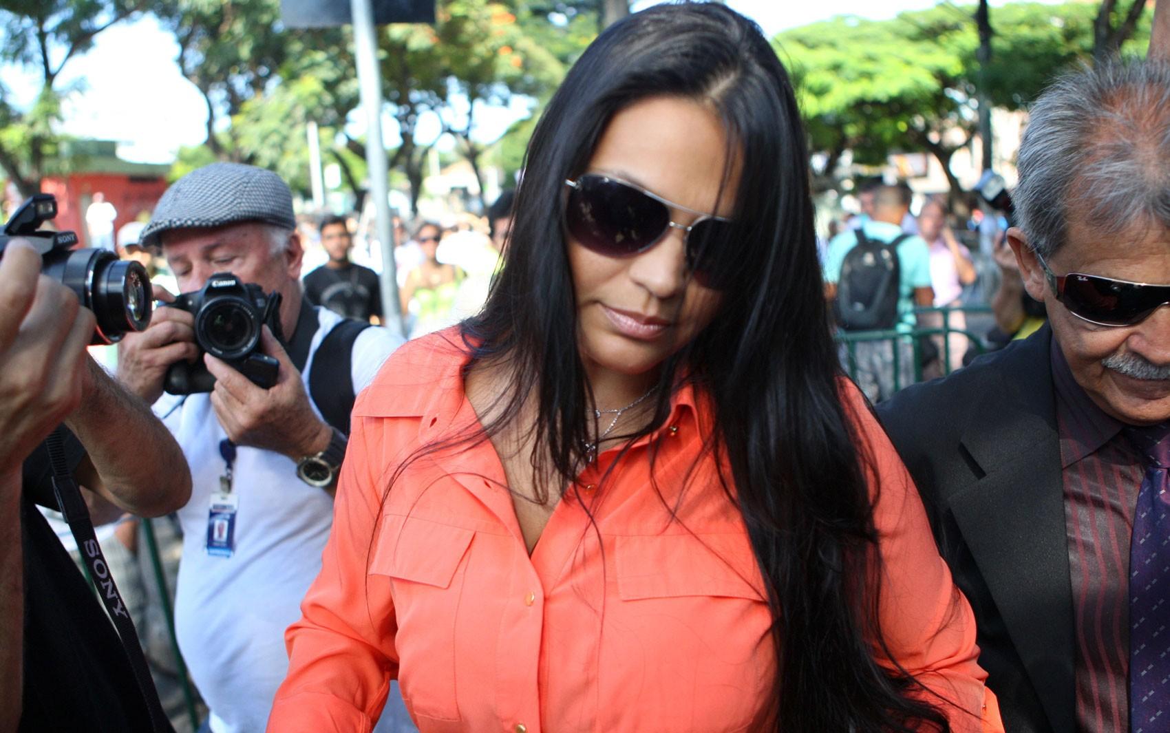 Ingrid Calheiros, que tem se apresentado como mulher de Bruno, chegou ao Fórum de Contagem próximo das 9h (Foto: Rodrigo Lima/O Tempo/Estadão Conteúdo)