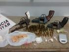 Rapaz é preso com armas e drogas (Polícia Militar/Divulgação)