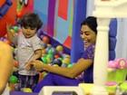 Juliana Paes se diverte com o filho em shopping no Rio
