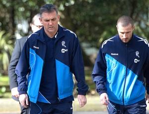 Owen Coyle, técnico do Bolton, chegando ao hospital onde está Fabrice Muamba (Foto: Reuters)