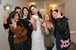 Kamilla posa com fãs (Foto: Cláudio Augusto / Foto Rio News)