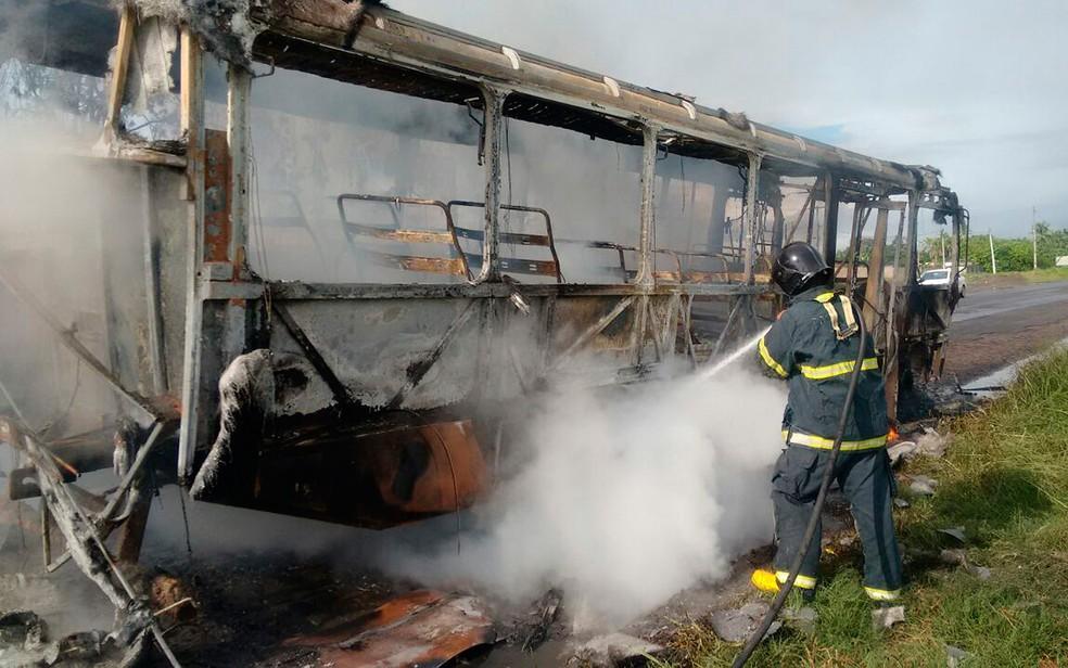 Ônibus levava crianças para a escola em Conceição do Jacuípe (Foto: Corpo de Bombeiros Militar/ Divulgação)