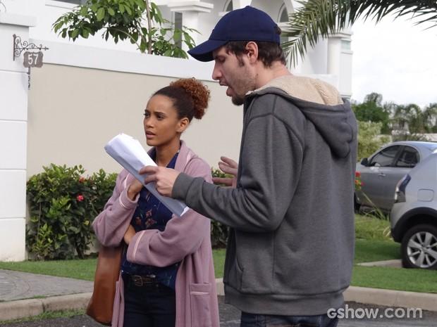 Taís passa texto com o diretor Thiago (Foto: Geração Brasil/TV Globo)