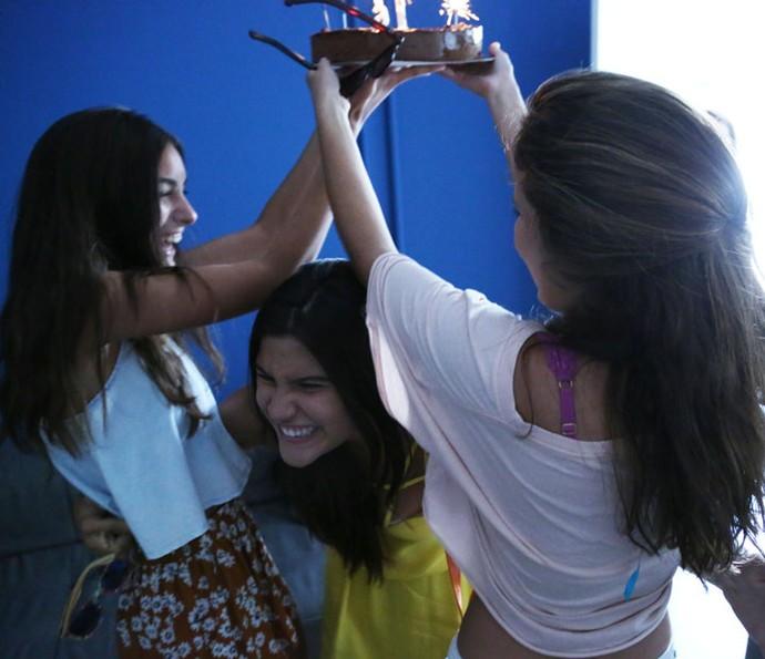Atriz abraça as organizadoras da festa: Marina Moschen e Amanda de Godoi (Foto: Fabiano Battaglin/Gshow)