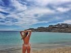 Ex-BBB Renatinha faz topless em praia da Grécia e exibe corpaço