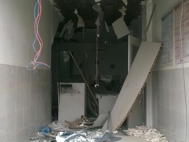 Local onde estava o caixa eletrônico também foi destruído (Foto: Amanda Dantas/ TV Asa Branca)