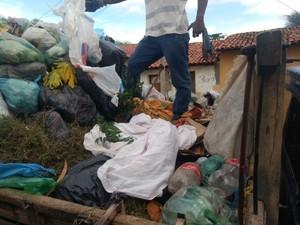Local onde bebê foi encontrado pela equipe de limpeza em São Miguel do Tapuio (Foto: Divulgação/PM)