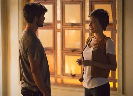 Leila convida Jonatas para passar a noite com ela