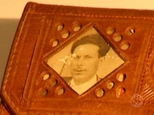 Abílio guarda na carteira uma foto do pai, morto repentinamente (Foto: Reprodução/TV Rio Sul)