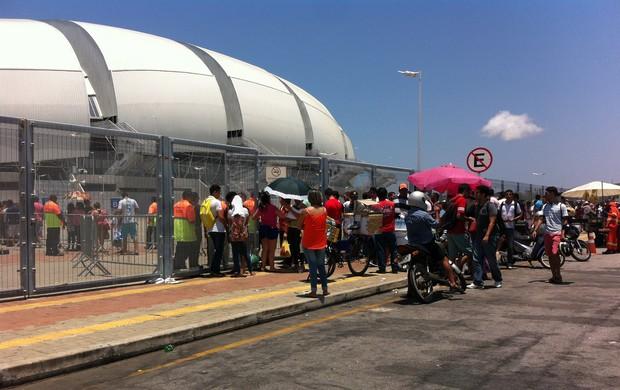 BLOG: Natalenses formam longa fila para trocar ingresso para treino da Seleção