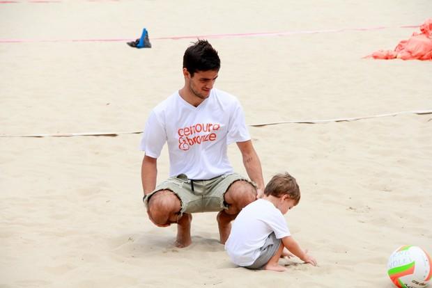 Felipe Simas e filho (Foto: JC Pereira/AgNews)